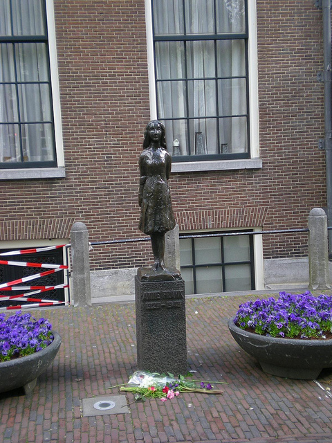 Estatua de Ana Frank frente a su refugioen Ámsterdam